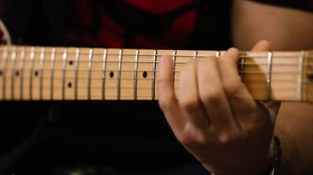 ladění : Close-up guitar neck and guitarist hand Dostupné videozáznamy