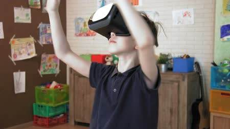 crianças : Cute boy experinces beatiful world using virtual reality headset Vídeos