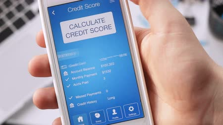 çok güzel : Checking credit score on smartphone using application. The result is VERY GOOD Stok Video