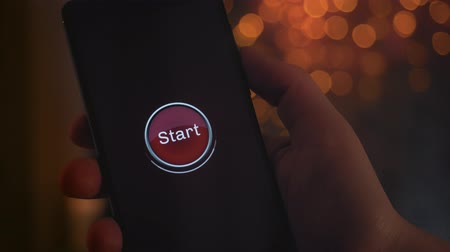 interaktif : Pressing start button on the smartphone