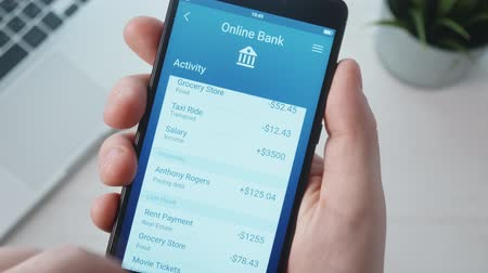 účty : Checking banking activity using banking app Dostupné videozáznamy