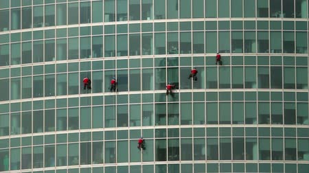skyscraper : climbers washing the windows of a skyscraper Stock Footage