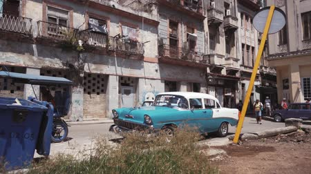 cubano : CUBA, HAVANA - OCTOBER 15, 2016: city tour, visit the main attractions of the colonial period in Cuba. The old streets, the main square, the citizens. Life through the eyes of a tourist in Havana.
