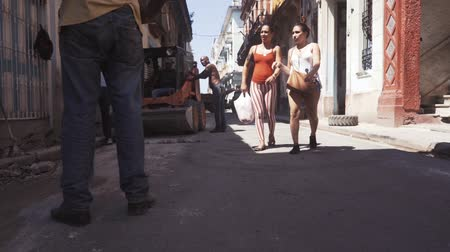 kuba : CUBA, HAVANA - OCTOBER 15, 2016: city tour, visit the main attractions of the colonial period in Cuba. The old streets, the main square, the citizens. Life through the eyes of a tourist in Havana.