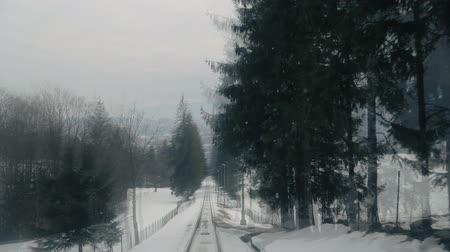 кабель : Descent from Gubalowka in Tatras Mountain down to town of Zakopane. Speeded up ride view from Funicular.