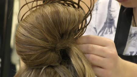 fryzura : Hairdresser at the contest makes woman a hairstyle