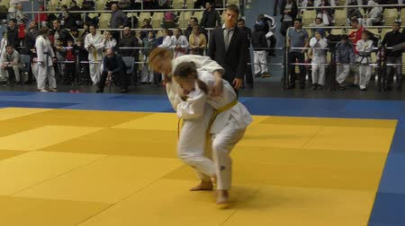 quimono : Orenburg, Russia - February 5, 2016: Girls compete in judo at the Championship of the Orenburg region on Judo girls 2002-2003 biennium of birth. Vídeos