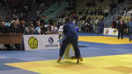 quimono : Orenburg, Russia - 21 October 2017: Boys compete in Judo at the all-Russian Judo tournament among boys and girls dedicated to the memory of VS Chernomyrdin Vídeos