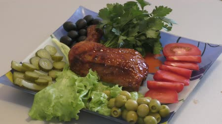coxa : Fried chicken thigh with fresh Greens for lunch Stock Footage