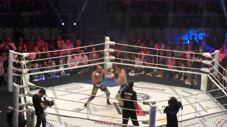 agresif : Orenburg, Russia - June 15, 2018 year: The fighters compete in mixed martial arts (M-1 Challenge 94) at the tournament The battle in the heart of the continent Stok Video
