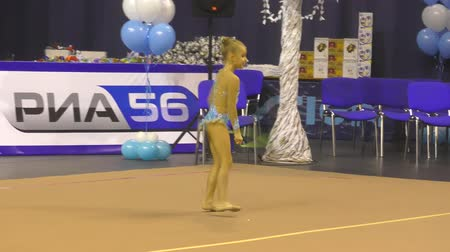 ритмичный : Orenburg, Russia - November 25, 2017 year: girls compete in rhythmic gymnastics for the winter melody-2017. Стоковые видеозаписи