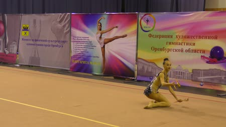 aerobica : Orenburg, Russia - November 25, 2017 year: girls compete in rhythmic gymnastics for the winter melody-2017. Filmati Stock