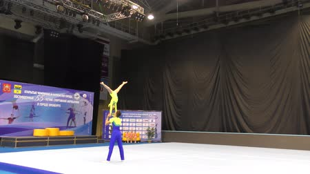 Orenburg, Rusland, 14 december 2017 jaar: junioren concurreren in sportacrobatiek Stockvideo