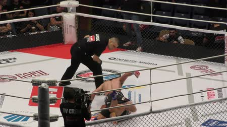 Orenburg, Rusland - 30 augustus 2019: mannen strijden internationaal professioneel toernooi door mixed martial arts (MMA) - M - 1 uitdaging 104 Stockvideo