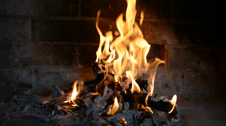 kamp ateşi : Burning a fire in the fireplace Stok Video