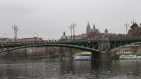 mala : View of Prague from the Vltava River, Czech Republic Vídeos