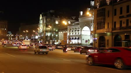 moskwa : Traffic of cars in Moscow city center at night (Teatralny Proezd), Russia Wideo