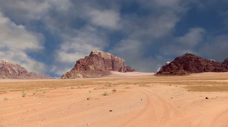 ром : Wadi Rum Desert Jordan Middle East also known as The Valley of the Moon is a valley cut into the sandstone and granite rock in southern Jordan 60 km to the east of Aqaba Стоковые видеозаписи