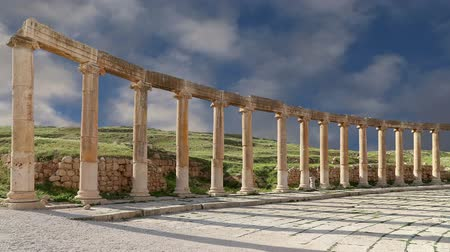 ruiny : Forum Oval Plaza in Gerasa Jerash Jordan. Forum is an asymmetric plaza at the beginning of the Colonnaded Street which was built in the first century AD