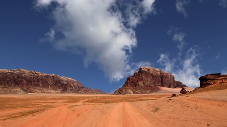 keleti : Wadi Rum Desert, Jordan, Middle East-- also known as The Valley of the Moon is a valley cut into the sandstone and granite rock in southern Jordan 60 km to the east of Aqaba Stock mozgókép