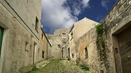 Сицилия : Ancient streets in old italian style. Erice, Sicily, Italy
