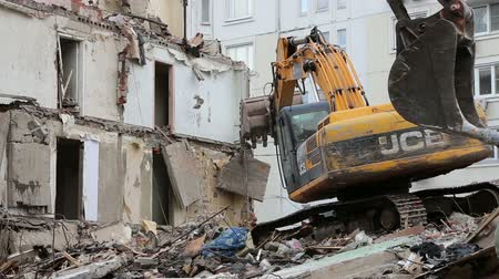yıkım : Excavator machinery working on demolition old house. Moscow, Russia