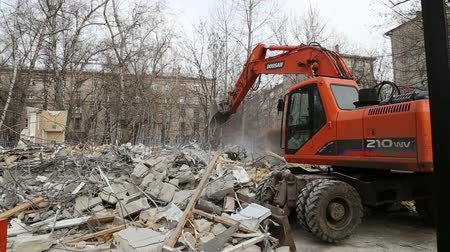 экскаватор : Excavator machinery working on demolition old house. Moscow, Russia