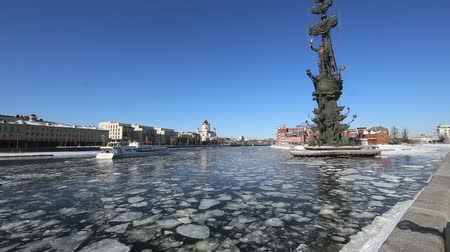 pinturas : Moskow (Moskva) River embankment and the Piter the Thirst Monument, Russia (winter day)