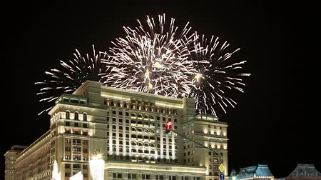 victoria : Fuegos artificiales sobre el Four Seasons Hotel. Moscú. Rusia (con zoom) Archivo de Video