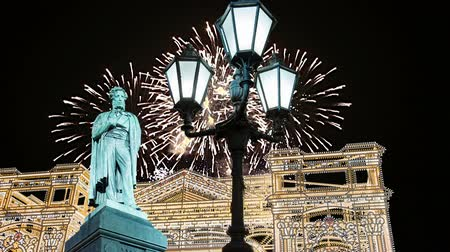 night day : Fuochi d'artificio sul monumento a Pushkin, centro di Mosca. Russia (con zoom)