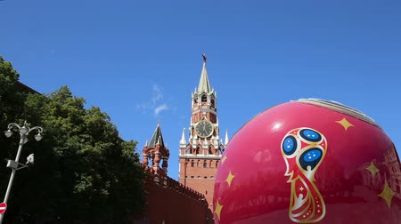 bola de futebol : Official symbols of the 2018 FIFA World Cup in Russia (against the background of Moscow landmarks) Vídeos