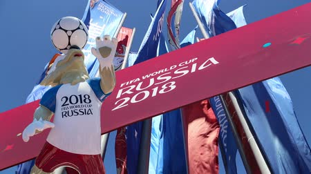 bola de futebol : Official symbols of the 2018 FIFA World Cup in Russia (against the background of Welcome flags)