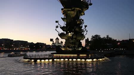 pinturas : Moskow (Moskva) River embankment and the Piter the Thirst Monument, Russia (at night)