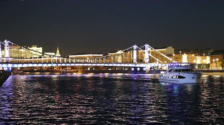 chodnik : Krymsky Bridge or Crimean Bridge (at night) is a steel bridge in Moscow, Russia. The bridge spans the Moskva River 1800 meters south-west from the Kremlin Wideo