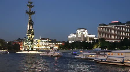 žíznivý : Moskow (Moskva) River embankment and the Peter the Great Statue, Moskow, Russia (at night) - Zurab Tsereteli and was erected in 1997 Dostupné videozáznamy
