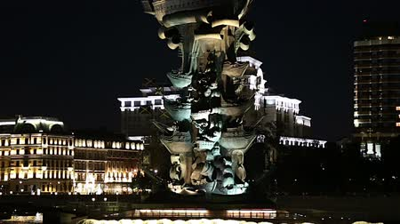 Питер : Moskow (Moskva) River embankment and the Peter the Great Statue, Moskow, Russia (at night) - Zurab Tsereteli and was erected in 1997 Стоковые видеозаписи
