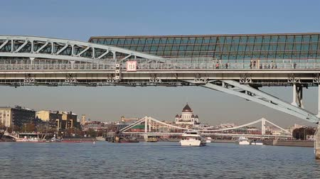 pedestres : View of the Pushkinsky (Andreevsky) Bridge and Moskva River (day). Moscow, Russia