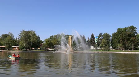 目的 : Golden Spike fountain on Kamensky pond in VDNH park. VDNKh (also called All-Russian Exhibition Center) is a permanent general-purpose trade show in Moscow, Russia