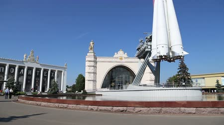 primer lugar : Spaceship Vostok (monument to the first Soviet rocket) shown at VDNKH park in Moscow, Russia. VDNH is a large city park, exhibition center and amusement park, popular touristic landmark Archivo de Video