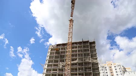строительные леса : Multi-storey building under construction (new residential complex). Construction site upon renovation program in Cheryomushki district, Moscow, Russia