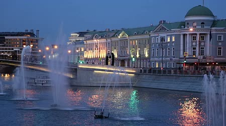 배수 : Fountains on the Drainage channel. Bolotnaya Embankment and Kadashevskaya Naberezhnaya (Embankment). Luzhkov (Tretyakov) bridge (at night), Moscow city historic center, popular landmark. Russia 무비클립