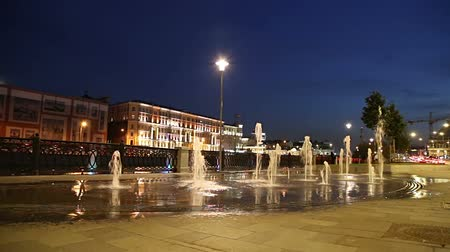 estrutura construída : Fountains on the Bolotnaya Embankment (at night), Moscow city historic center, popular landmark. Russia