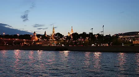 crepúsculo : View of the Moskva River and the Kremlin (at night), Moscow, Russia - the most popular view of Moscow Stock Footage