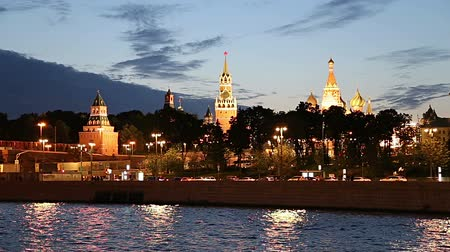 зум : View of the Moskva River and the Kremlin (at night), Moscow, Russia - the most popular view of Moscow Стоковые видеозаписи