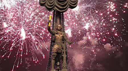 szomjúság : Fireworks over the Peter the Great Statue, Moskow, Russia. It was designed by the Georgian designer Zurab Tsereteli and was erected in 1997 Stock mozgókép