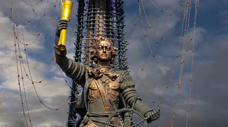 projetado : Peter the Great Statue (on the background of moving clouds), Moskow, Russia. It was designed by the Georgian designer Zurab Tsereteli and was erected in 1997