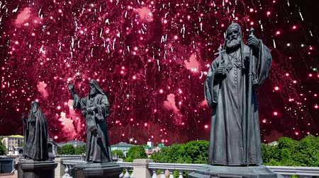 megmentő : Fireworks over the monuments of the sculptural complex Patriarchs of Moscow and all Russia near the Cathedral of Christ the Savior. Moscow, Russia. Stock mozgókép