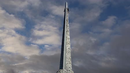 obelisco : War memorial in Victory Park on Poklonnaya Hill (on the background of moving clouds), Moscow, Russia. Stock Footage