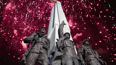 obelisco : Fireworks over the Monument The tragedy of peoples in Victory Park on Poklonnaya Hill (Gora), Moscow, Russia-- established in memory of the victims of the fascist genocide Vídeos