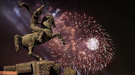 オベリスク : Fireworks over the Monument to Saint George slaying a dragon on Poklonnaya hill in Victory Park, Moscow, Russia - memorial complex constructed in memory of those who died during the Great Patriotic wa